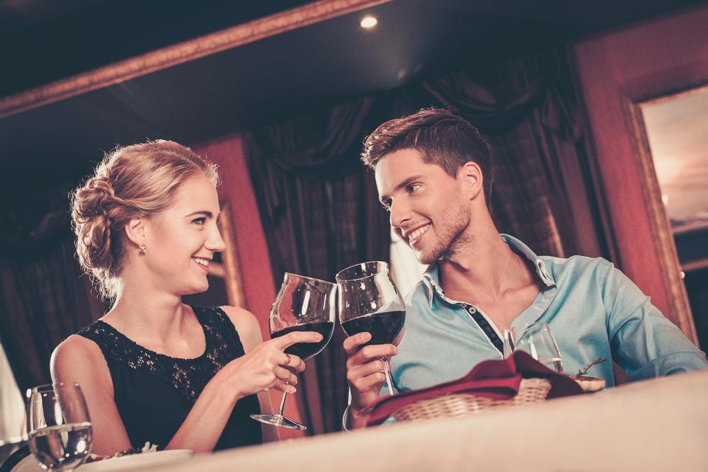 好きな女性と食事する時の男性の特徴6つ